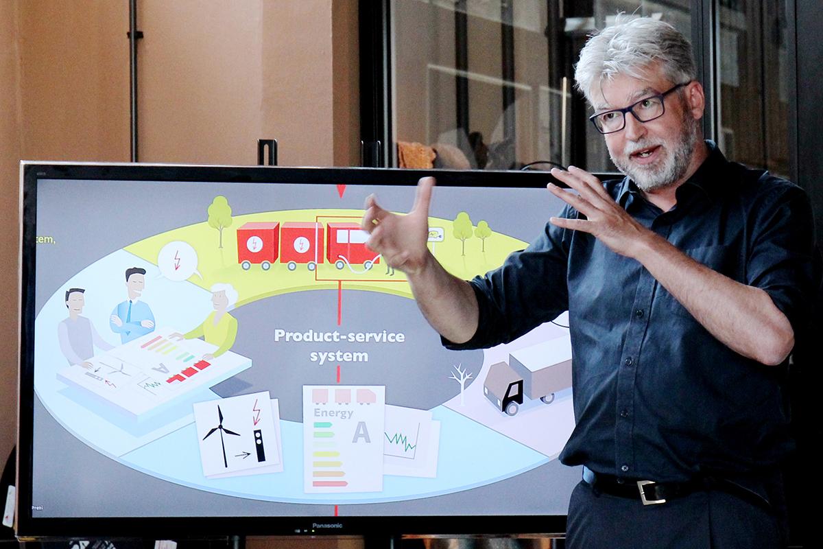 Peter Joore:'Kennisinstellingen kunnen een versnellingsmotor zijn voor toegepaste creativiteit in Noord Nederland. Zij hlepne plek te maken voor nieuwe initiatieven, die het regionale netwerk versterken en klein en groot met elkaar verbinden.'